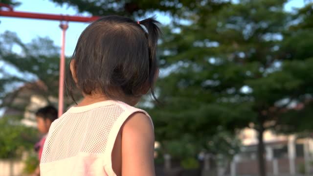 små flickor leker på lekplatsen - endast flickor bildbanksvideor och videomaterial från bakom kulisserna
