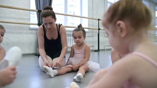 小さな女の子がバレエ レッスンのための準備 - チュール生地点の映像素材/bロール