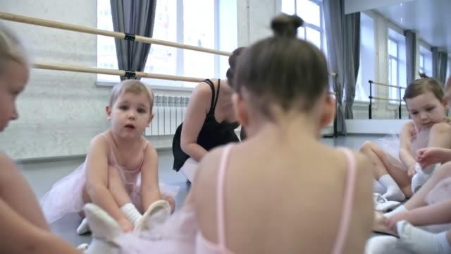 バレエ靴を履いて女の子 - チュール生地点の映像素材/bロール