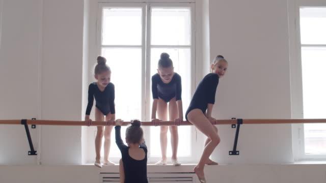 små gymnaster ha kul i dansstudion - gympingdräkt bildbanksvideor och videomaterial från bakom kulisserna