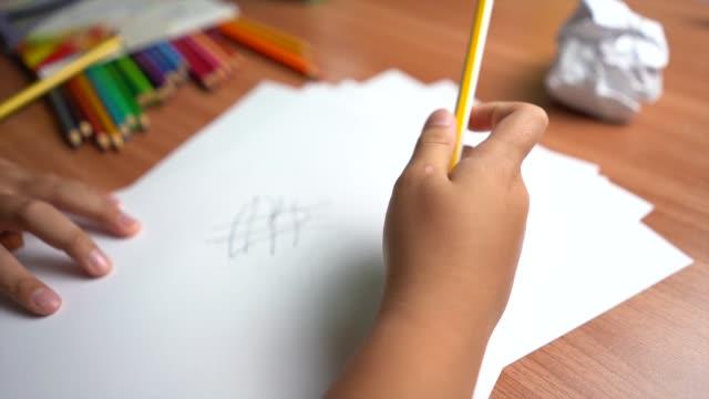piccola mano del bambino che usa la macchina affilatore a matita per bambini - truciolo video stock e b–roll