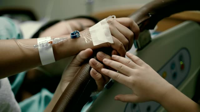 Petite main touchant sa main patiente de mère - Vidéo