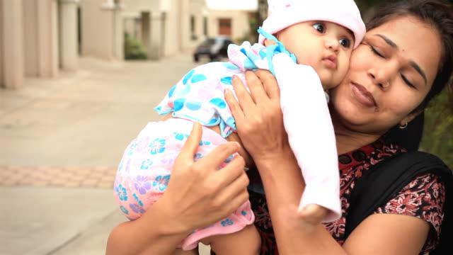stockvideo's en b-roll-footage met little indian girl and her mother - oost aziatische cultuur