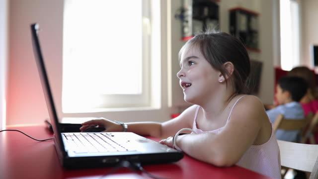 stockvideo's en b-roll-footage met weinig it genius - online leren