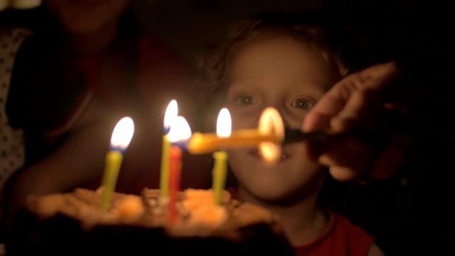 kleines kind glücklich mit seinem geburtstagstorte - geburtstagskerze stock-videos und b-roll-filmmaterial