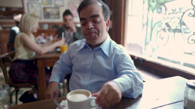piccola persona maschio che fa un caffè solo al pub - bassino video stock e b–roll