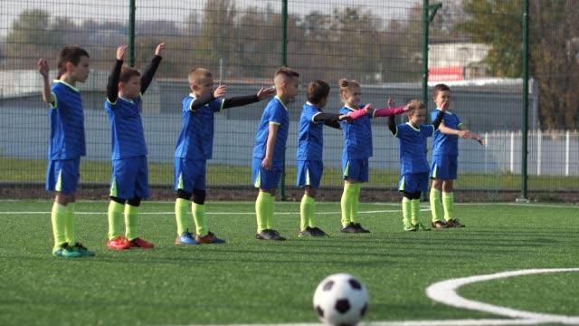 サッカークラブの小さな選手が屋外でトレーニング - サッカークラブ点の映像素材/bロール