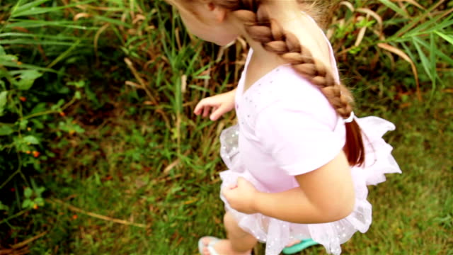 kleine prinzessin küsst eine kröte - ballettröckchen stock-videos und b-roll-filmmaterial