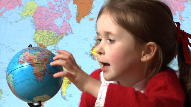stockvideo's en b-roll-footage met little school girl with globe - bureauglobe