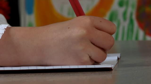 kleine schule mädchen schreiben - grundschule stock-videos und b-roll-filmmaterial