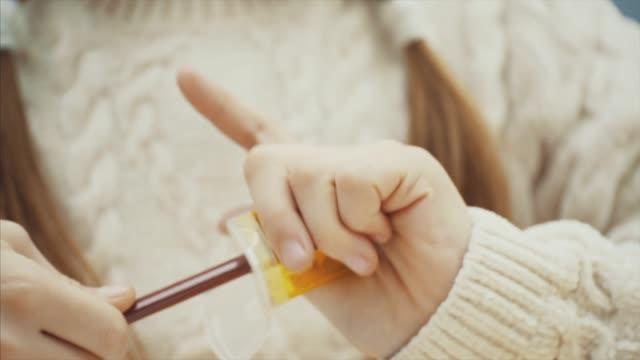 little schoolgirl är skärpning hennes bruna penna. - blyertspenna bildbanksvideor och videomaterial från bakom kulisserna