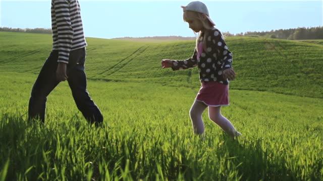 妹と弟は、他の後緑の草原 1 通過しています。 ビデオ