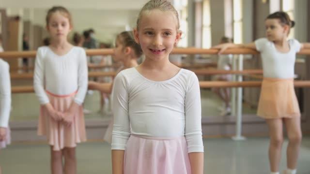 liten leende ballerina - balettstång bildbanksvideor och videomaterial från bakom kulisserna