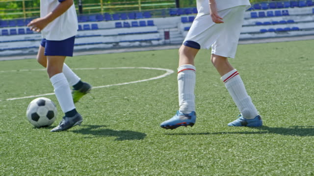 stockvideo's en b-roll-footage met kleine voetballers vechten voor bal - sportcompetitie