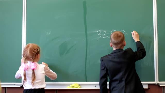 小さい学生が黒板 - 在庫ビデオ番号を書き込みます - 数学の授業点の映像素材/bロール