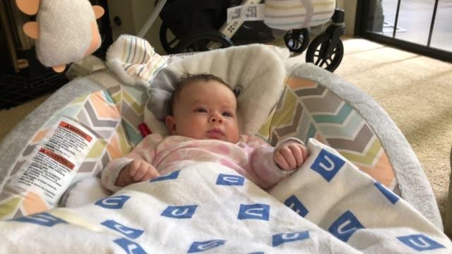 Weinig twee maand oud babymeisje vermaakt video
