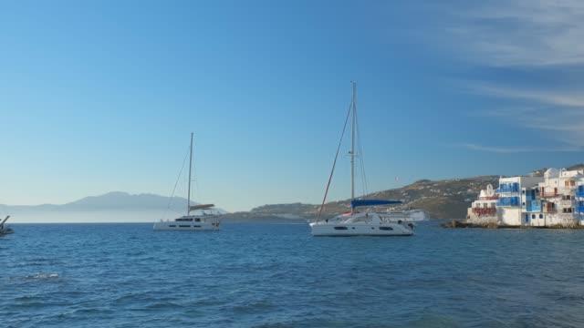 lilla venedig i mykonos, grekland, med yachter i hamnen - egeiska havet bildbanksvideor och videomaterial från bakom kulisserna