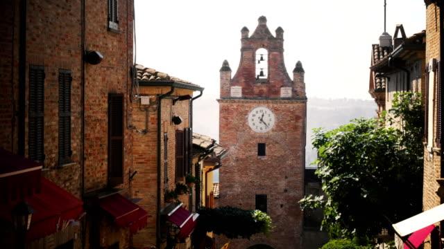 stockvideo's en b-roll-footage met kleine dorp scène in italië gradara pesaro provincie marche - dorp