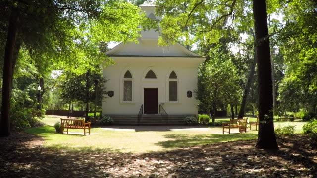 stockvideo's en b-roll-footage met kleine witte kapel - kerk