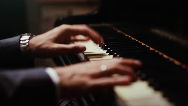 vídeos de stock e filmes b-roll de live event jazz concert: close up of hands playing the piano - piano