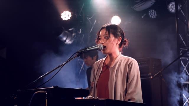 stockvideo's en b-roll-footage met live rock band show in tokio japan - oost aziatische cultuur