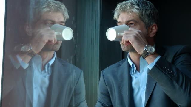 vídeos de stock e filmes b-roll de vou fazer uma pausa - old men window
