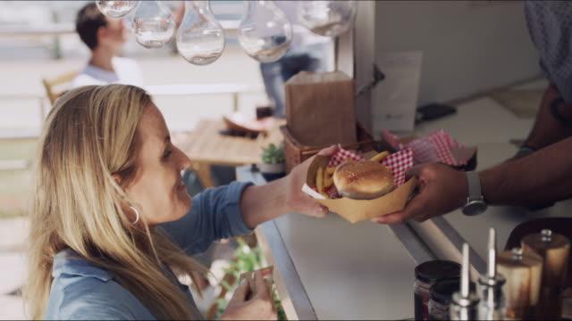 stockvideo's en b-roll-footage met ik gebruik mijn kaart alsjeblieft - foodtruck