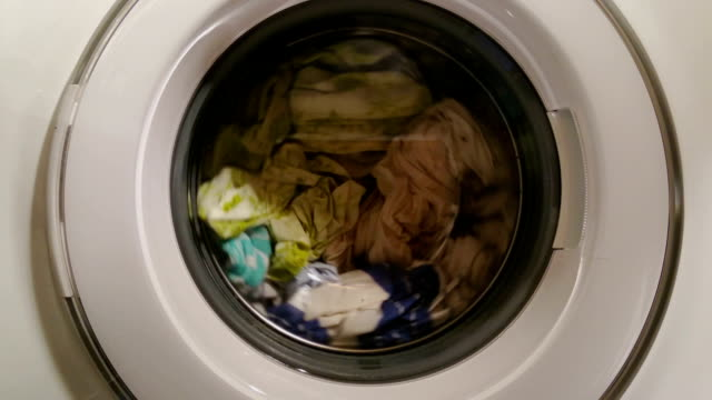 Chargé d'une machine à laver et au processus de blanchisserie, le blanchiment d'argent - Vidéo