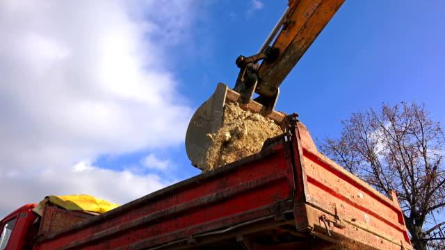 stockvideo's en b-roll-footage met lader machine, aarde bewegende en zware industriële bouw, sony uhd schot - shovel