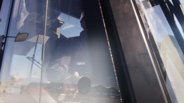 lastare operatör i hård hatt i kabinen. - excavator bildbanksvideor och videomaterial från bakom kulisserna