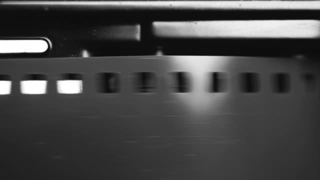 ヴィンテージの古い一眼レフ カメラの 35 mm フィルムを読み込んでいます。使用可能なオーディオ - 映画用カメラ点の映像素材/bロール