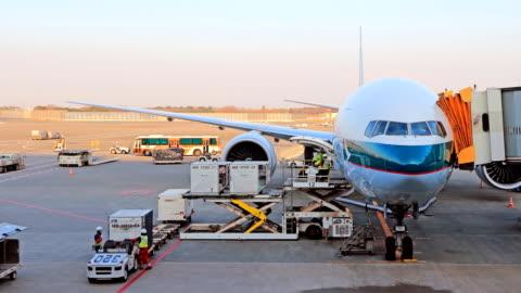 vídeos y material grabado en eventos de stock de carga y descarga de carga al avión. - viento