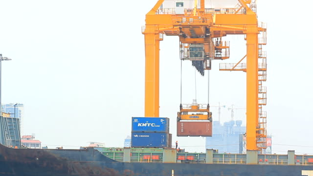 Loading cargo from truck to containership video