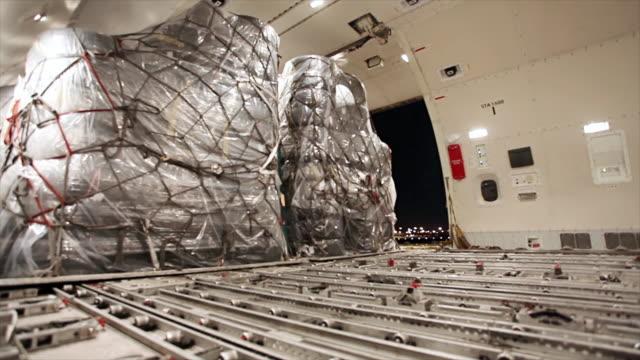 laden der ladung im flugzeug container ship - container stock-videos und b-roll-filmmaterial