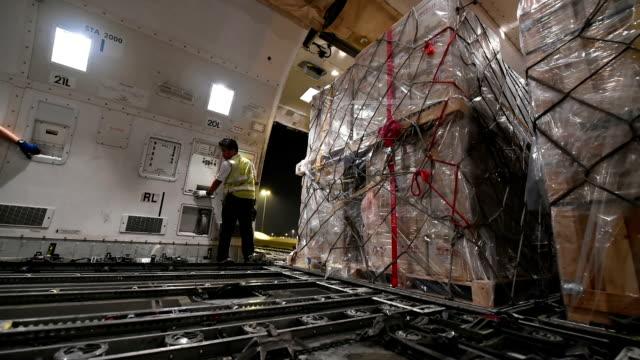 vídeos de stock e filmes b-roll de interior de avião de carga a carregar carga - engradado