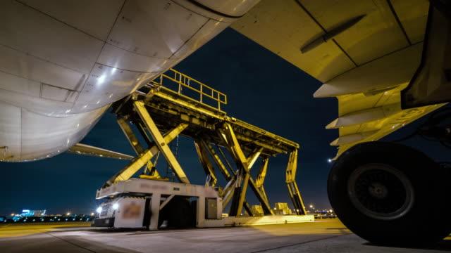 laden fracht außerhalb frachtflugzeug nachts - zeitraffer - entladen stock-videos und b-roll-filmmaterial