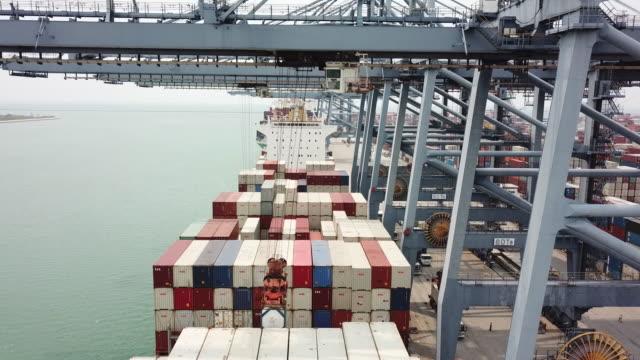 荷積のカーゴ(貨物船に - クレーン点の映像素材/bロール