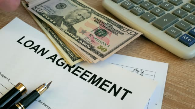 Formulario de contrato de préstamo. Hombre poner dinero en un escritorio de oficina. - vídeo