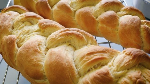 전통적인 꼰 빵 빵 농가 부엌에 그물 선반에 냉각 - 식빵 한 덩어리 스톡 비디오 및 b-롤 화면