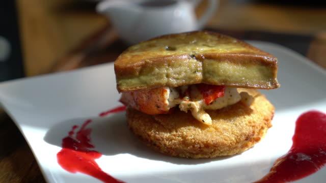 lagosta e foie gras em hash marrom com molho de framboesa - vídeo