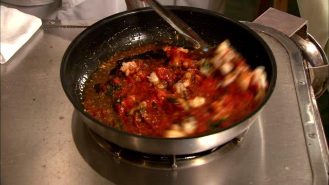 vídeos y material grabado en eventos de stock de langosta piezas en salsa de tomate - comida salada