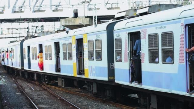 trasporto ferroviario veloce locale a mumbai dal cancello della chiesa alla stazione di andheri. - componente elettrico video stock e b–roll