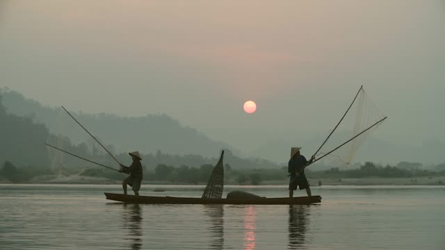 local lifestyles of fisherman working in the morning sunrise. - cambogia video stock e b–roll