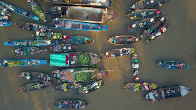 Luchtfoto: Lokale mensen kopen en verkopen kleurrijke produceren van houten boten. video