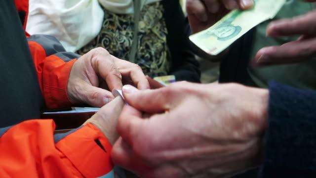 當地人向遊客解釋當地貨幣 - 德黑蘭 個影片檔及 b 捲影像