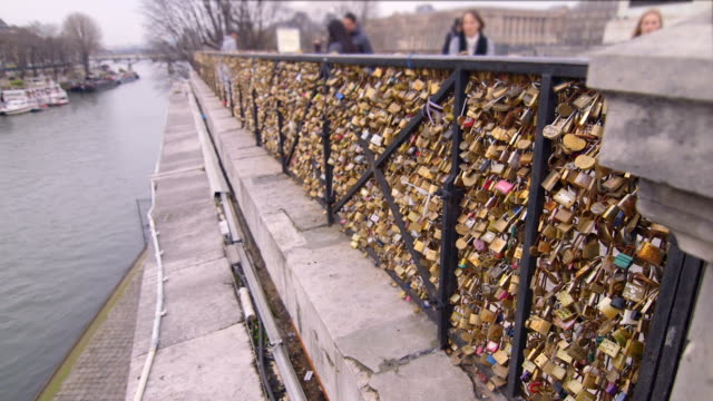 vídeos de stock, filmes e b-roll de bloquear cerca coberta sobre o siene - moda parisiense