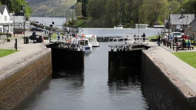 chiudere i cancelli di chiudere caledonian canal fort augustus scozia, regno unito - fort william video stock e b–roll