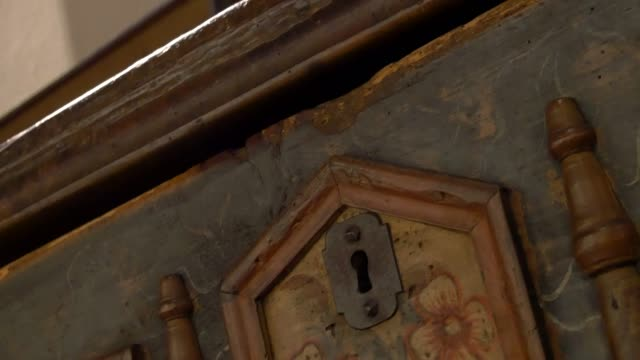 lock of an old chest. opening an old wooden cabinet. - torace umano video stock e b–roll