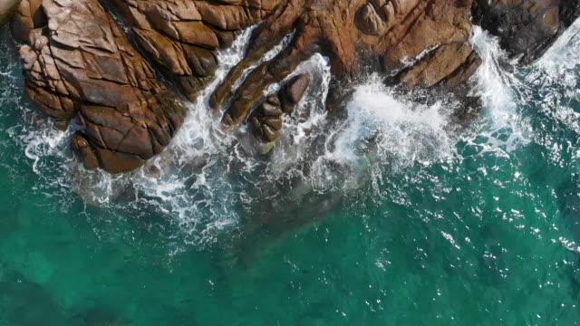 vidéos et rushes de verrouillage et ralenti du littoral et de la mer - roc