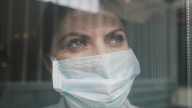 nedstängning är ett måste nu för tiden. - face mask bildbanksvideor och videomaterial från bakom kulisserna
